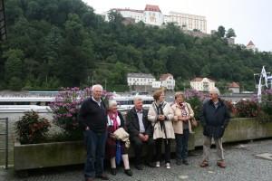 Ausflugsteilnehmer vor der Festung in Passau